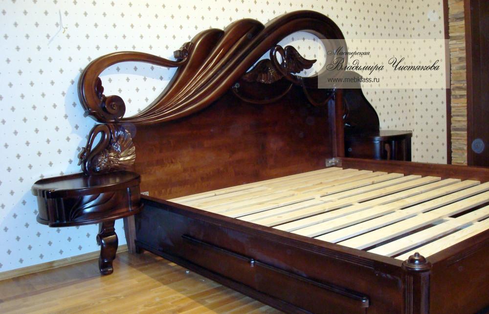 Кровать из массива с резными элементами и небольшим столиком для светильника