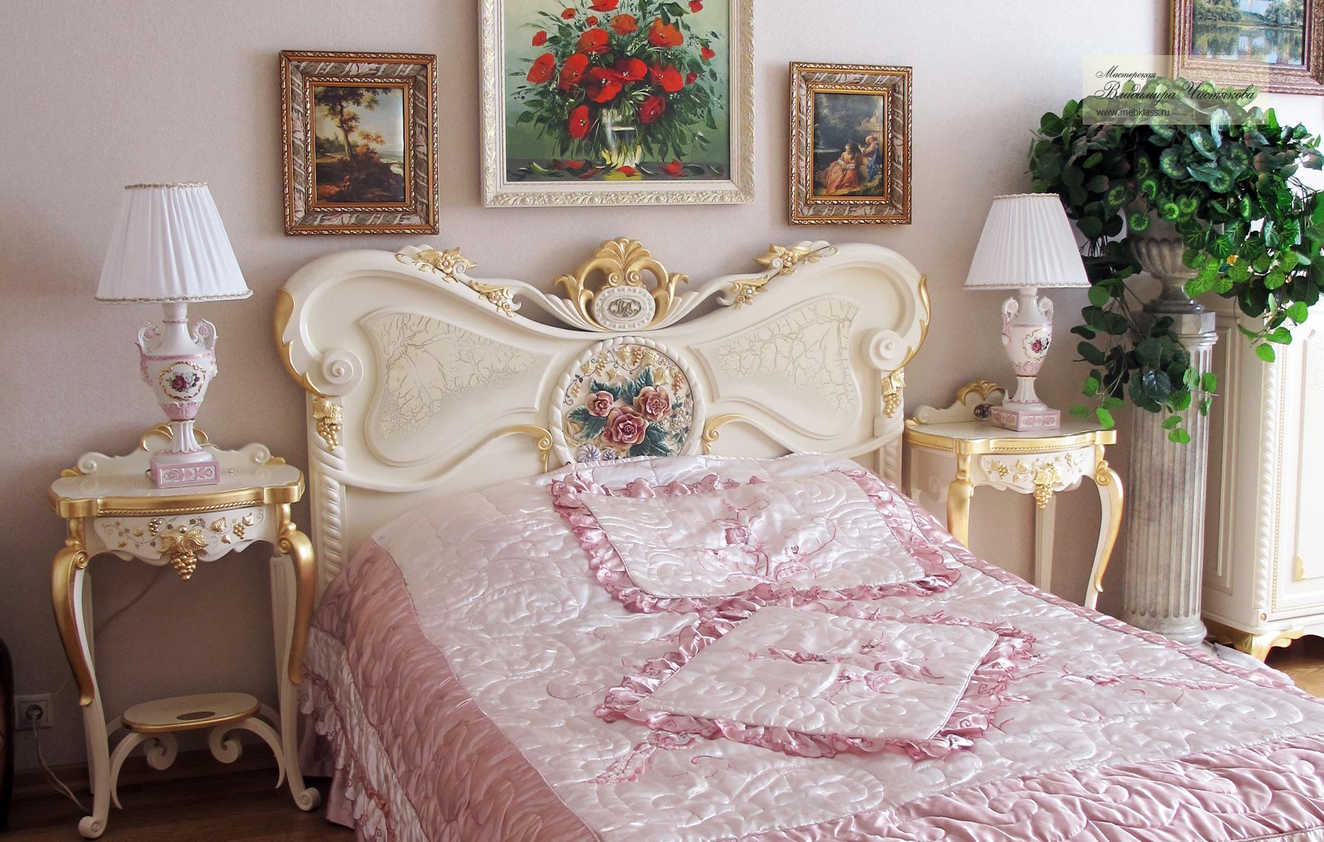 Резная кровать в классическом стиле со столиками для ночников: белая краска, резные узоры, золотая поталь