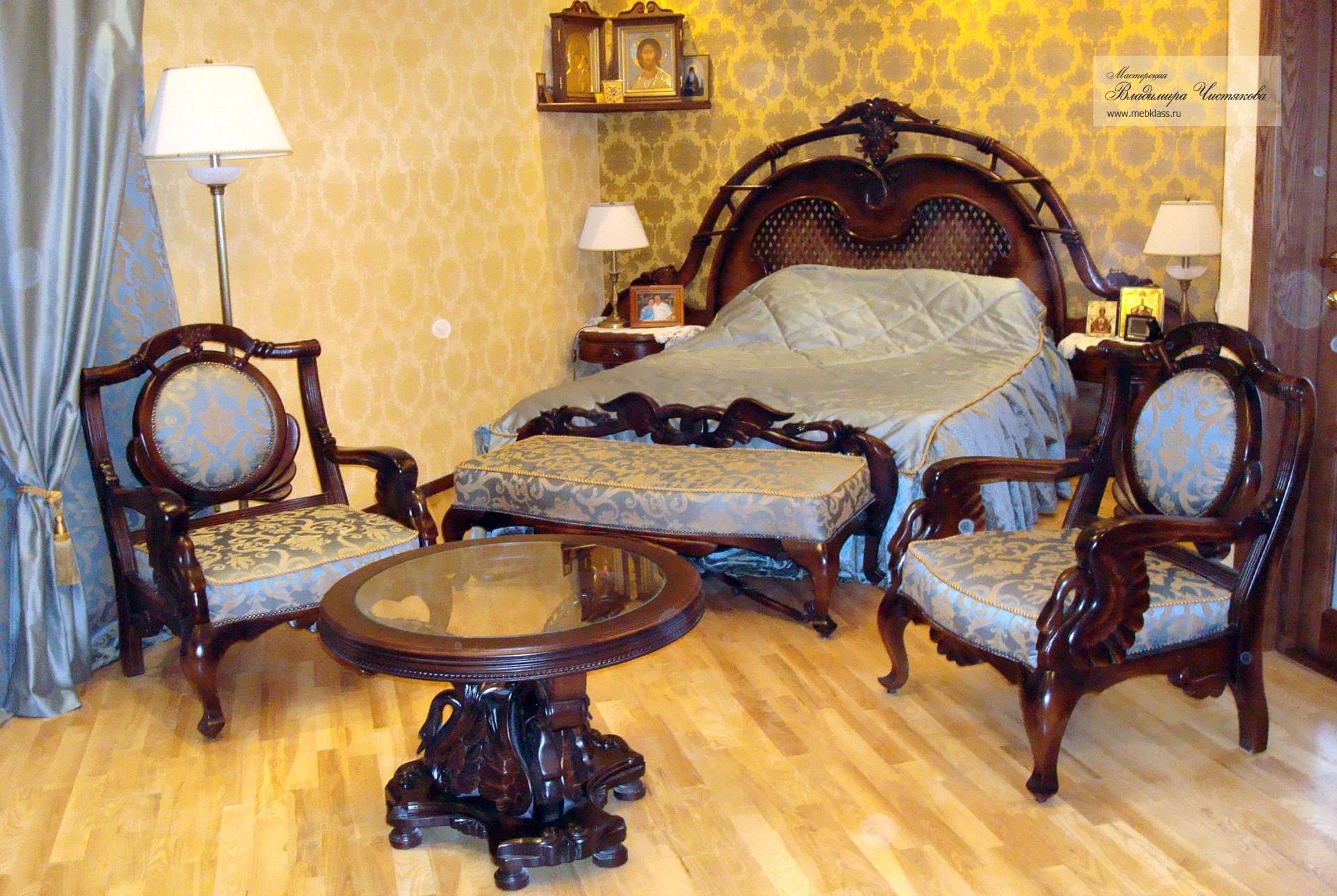 Резная кровать с креслами и журнальным столиком