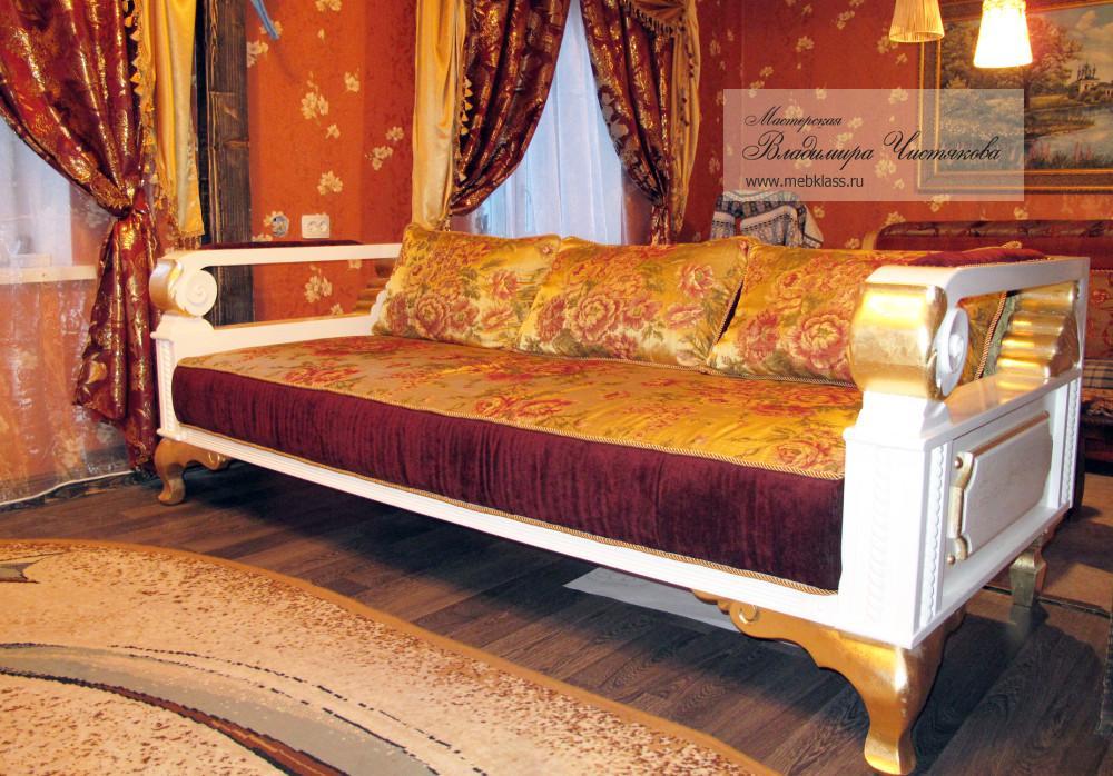 Диван в деревянной основой в гостиную