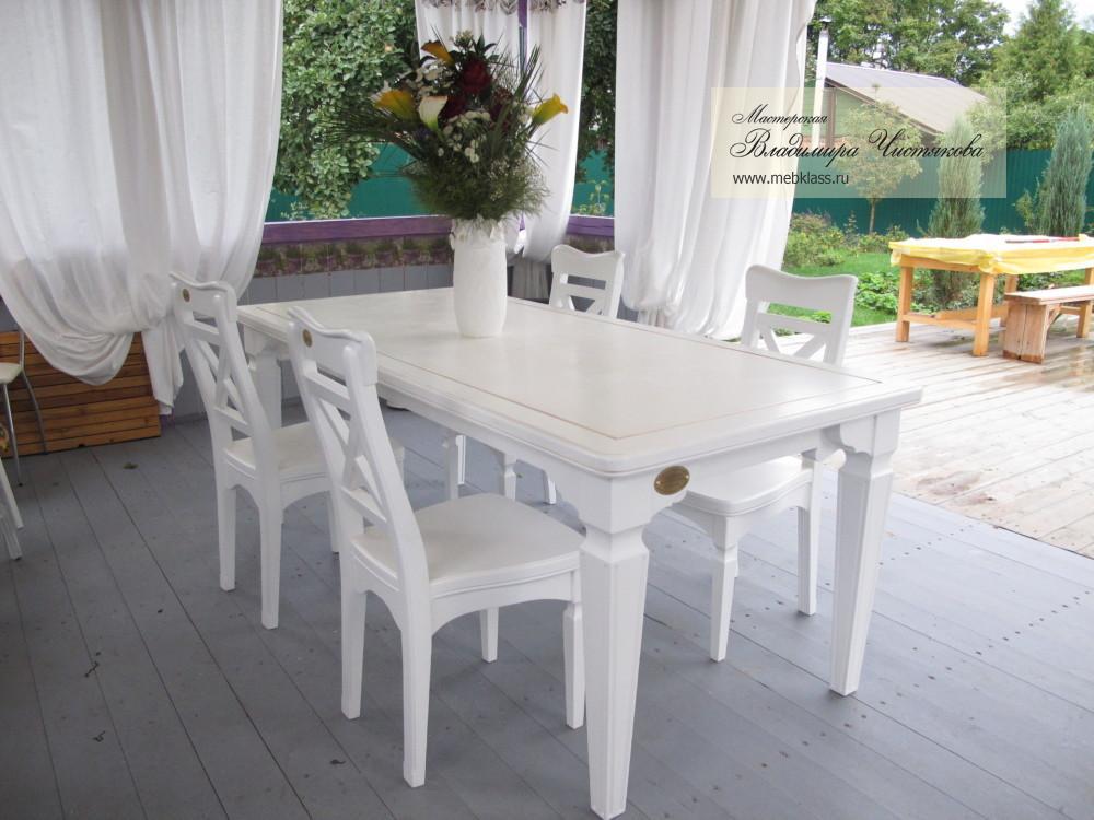 Резные стол со стульями для веранды, выкрашенные в белый цвет