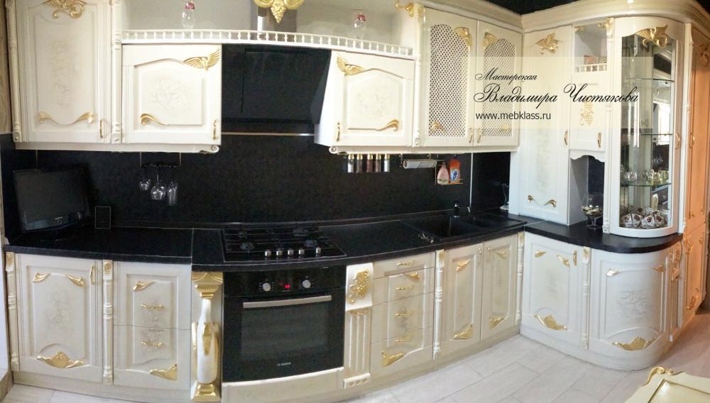 Кухонный гарнитур в белом цвете с золотой поталью, а также кухонный стол и табуреты в едином стиле