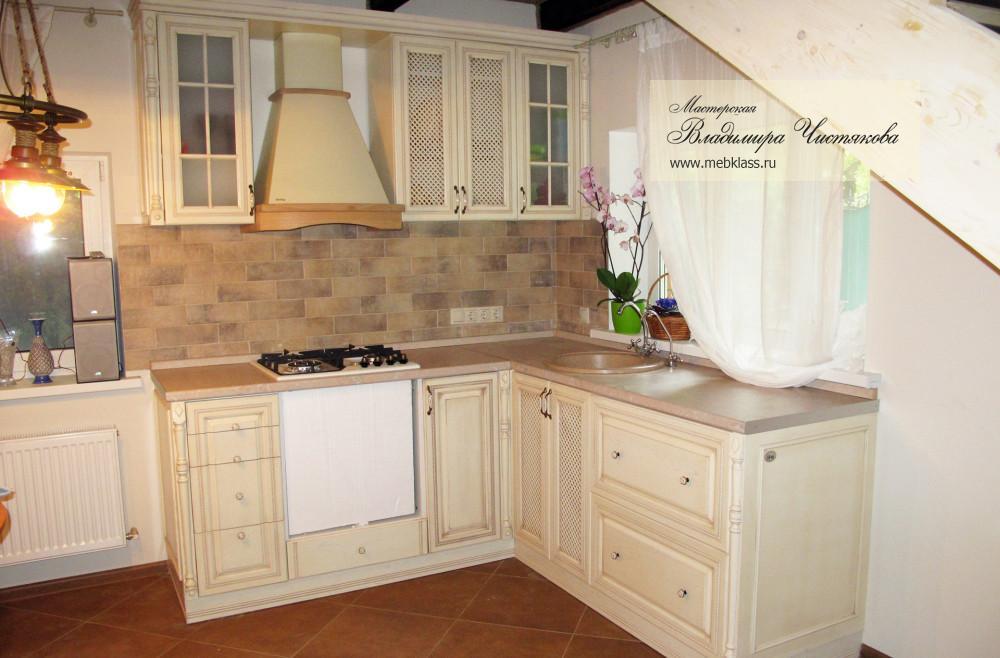 Небольшая угловая кухня с встроенной техникой в цвете «слоновая кость»