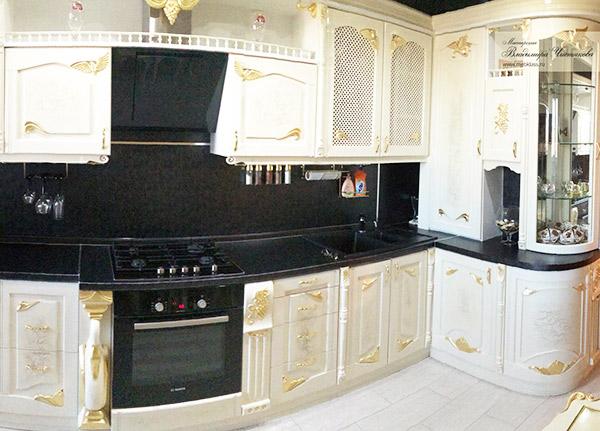 Кухонный гарнитур в белом цвете с золотой поталью