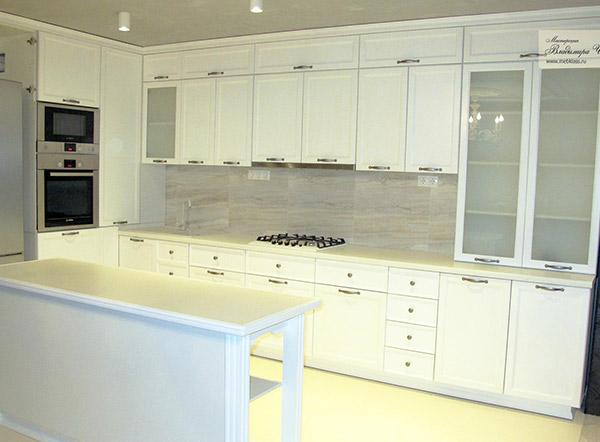 Белая угловая кухня в стиле Модерн