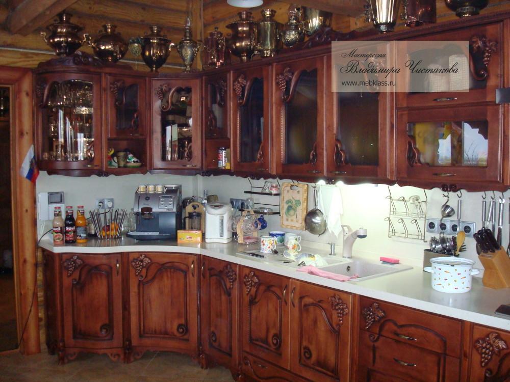 Кухня из массива в тёмных тонах с резными фасадами