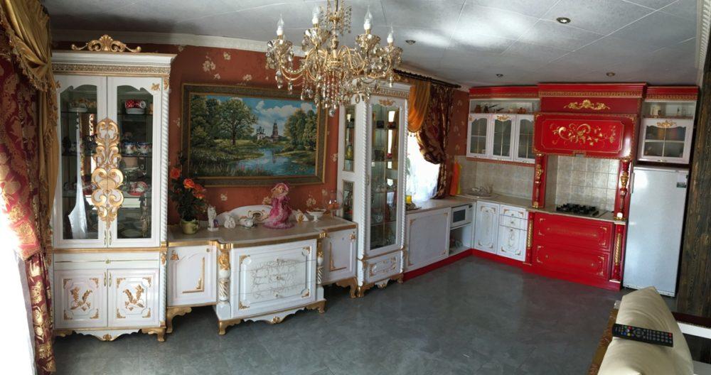 Кухня, столь со стульями, диван в классическом стиле в бело-красных цветах