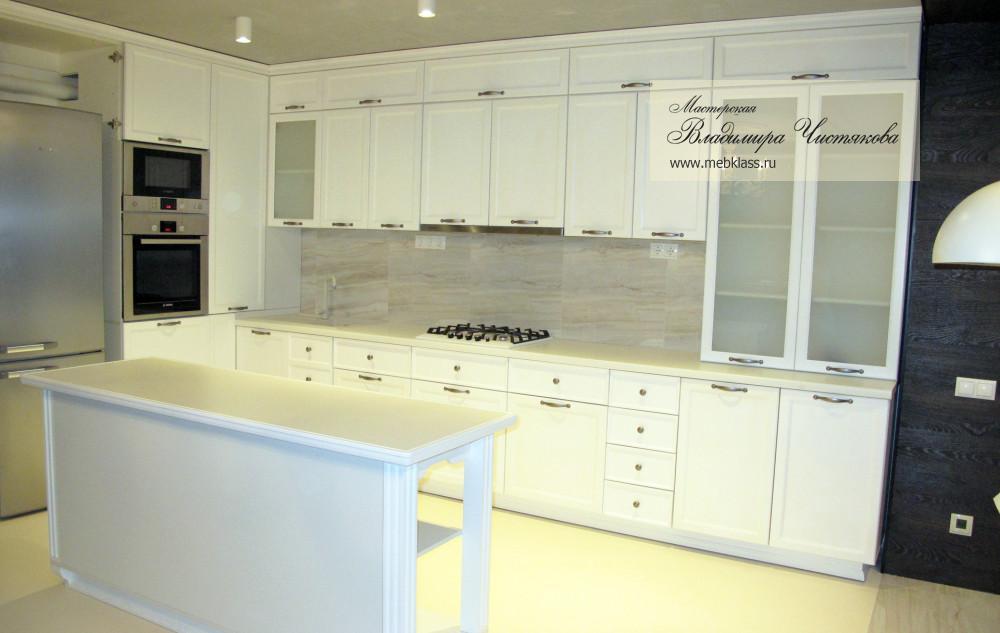 Белая угловая кухня в стиле Модерн с отдельным столиком для готовки