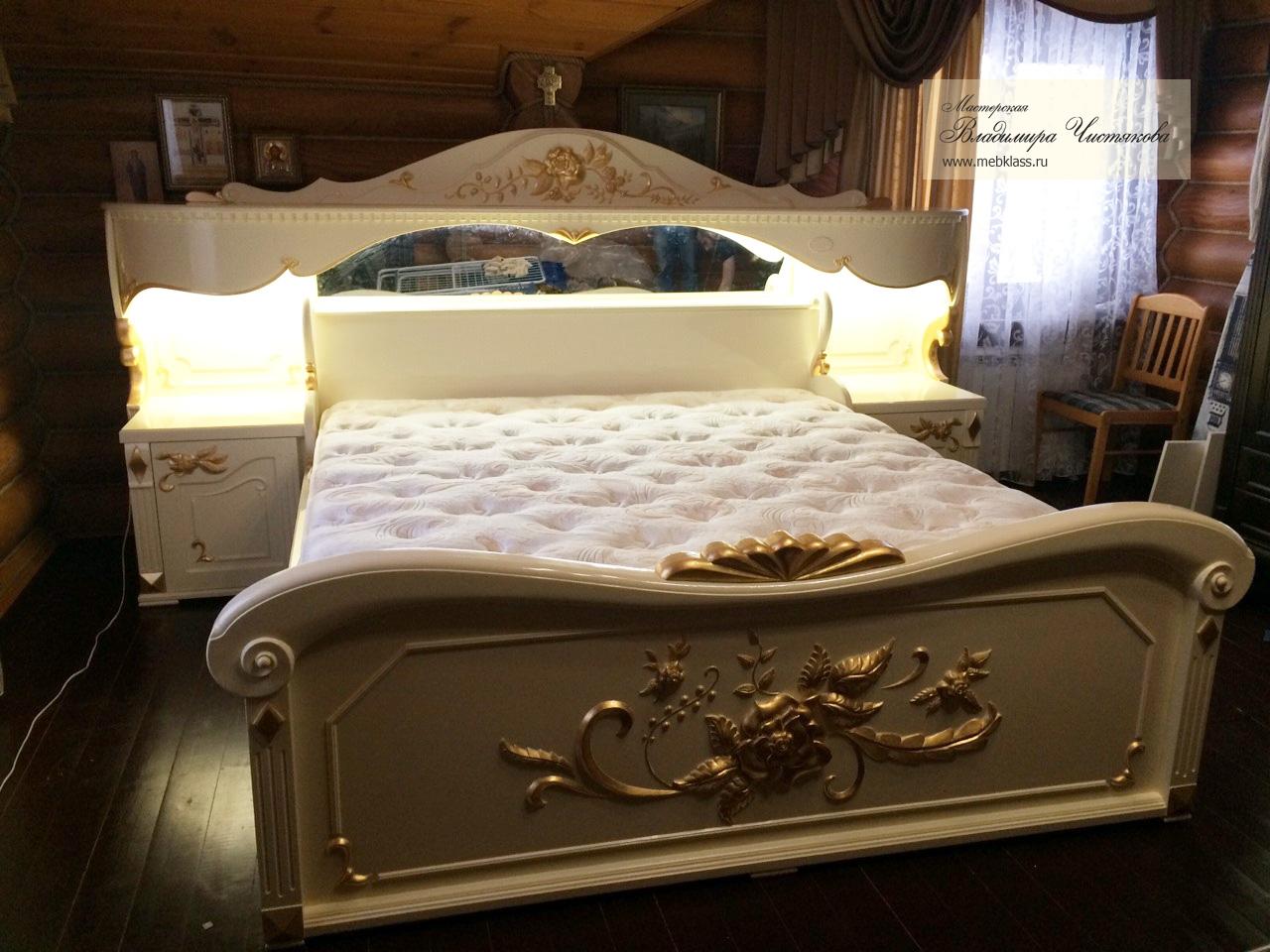 Кровать белая с зерными элементами, украшенными золотой поталью