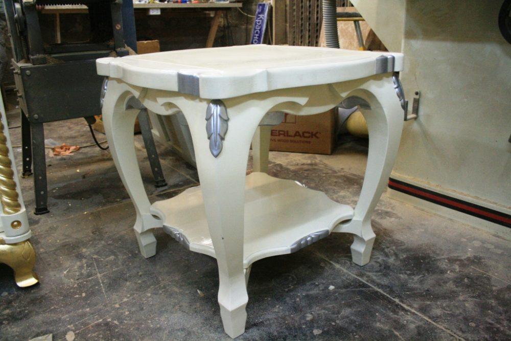 Журнальный столик из березы. Ручная работа, эмаль, резьба, отделанная серебряной поталью