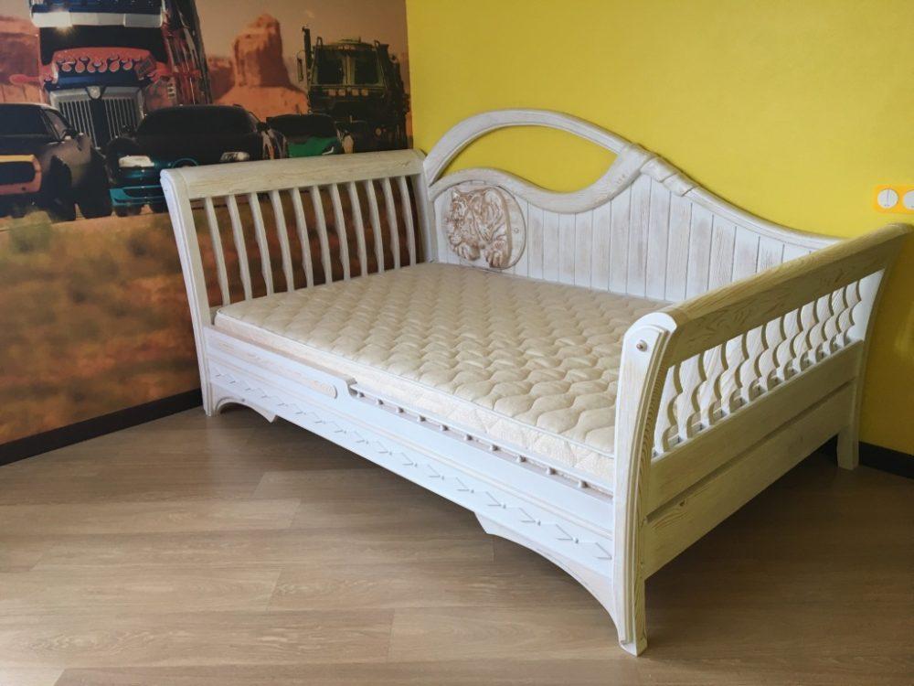 Кровать из состаренной сосны с резьбой