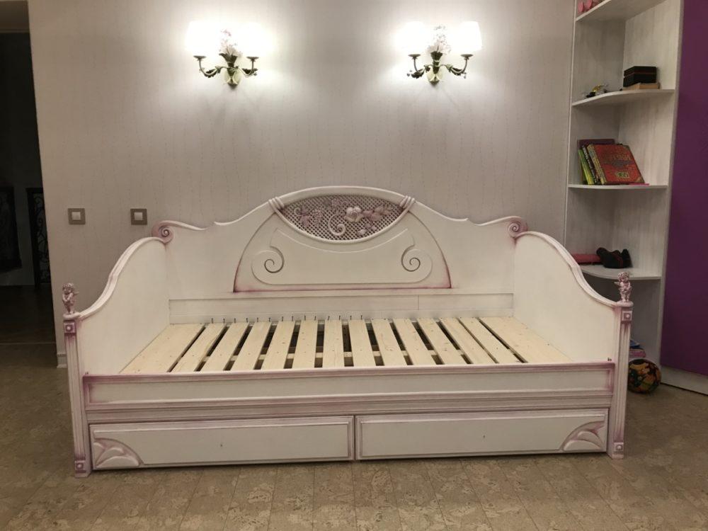 Кровать из массива березы с сиреневой патиной