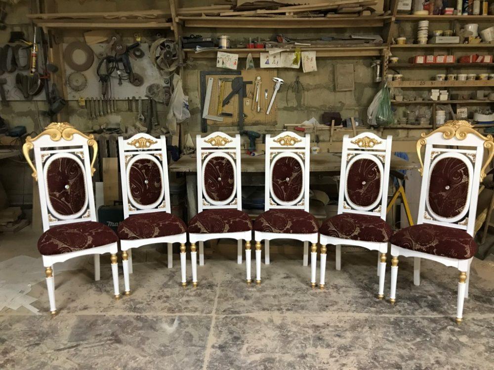 Набор стульев для гостиной с резьбой и «патиной», мягкая обивка — авторский проект