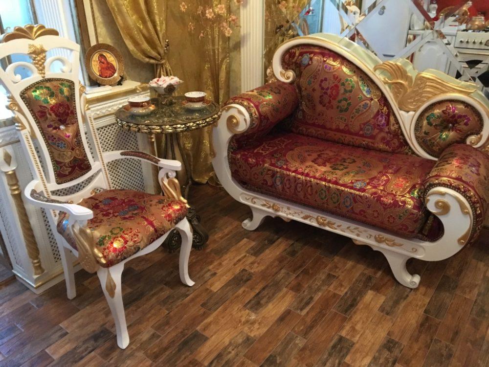 Резные кушетка и стулья по авторскому дизайну: массив, патина, «позолота»