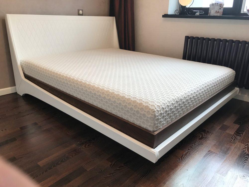 Кровать из массива дерева современном стиле с эффектом зависания над полом из массива берёзы и дуба