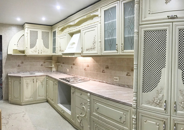 Кухня в классическом стиле по индивидуальному дизайн-проекту — массив черной ольхи